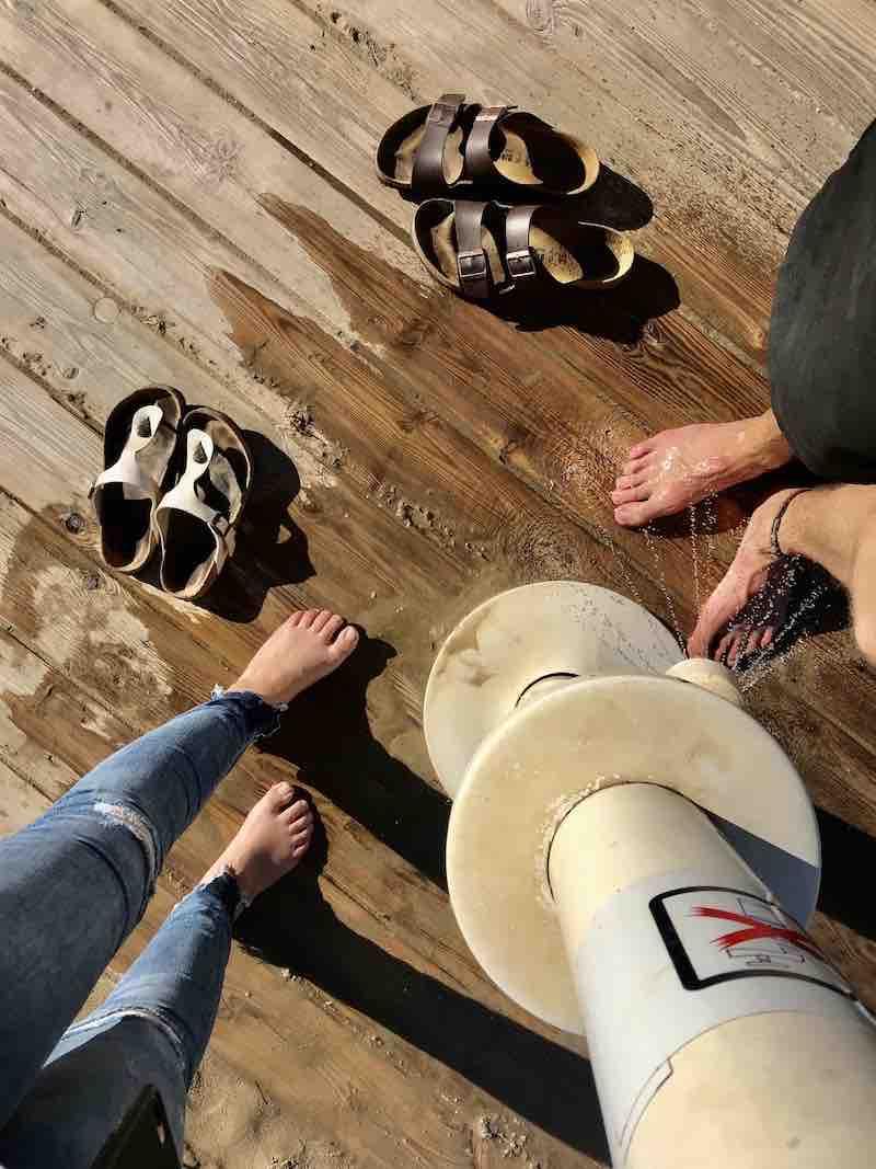 Füße waschen am Strand Peñíscola
