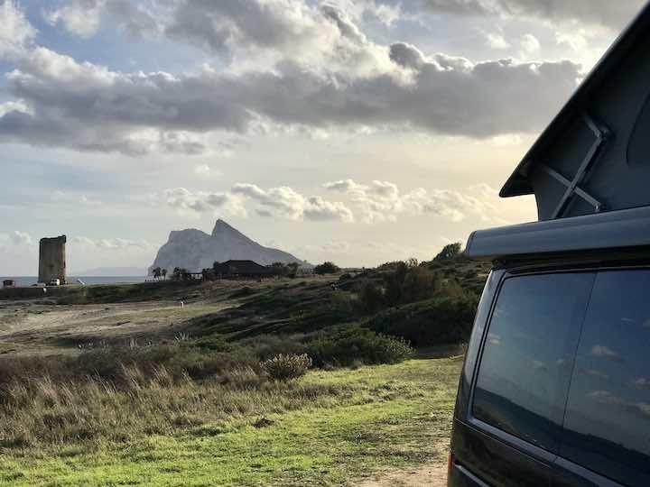 Bulli mit Gibraltar im Hintergrund Vanlife Andalusien