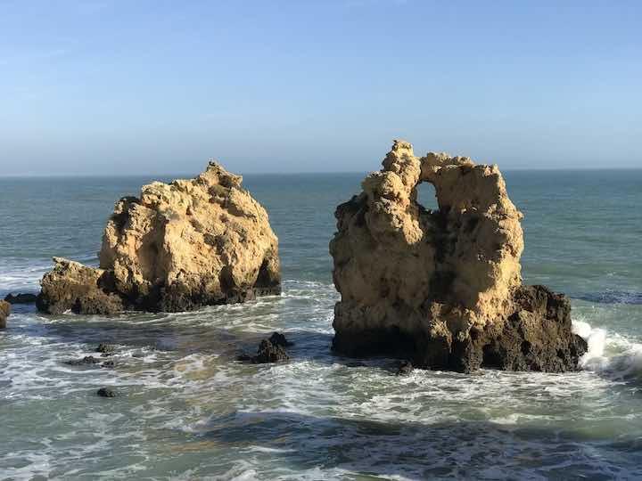 Felsen mit Loch im Meer