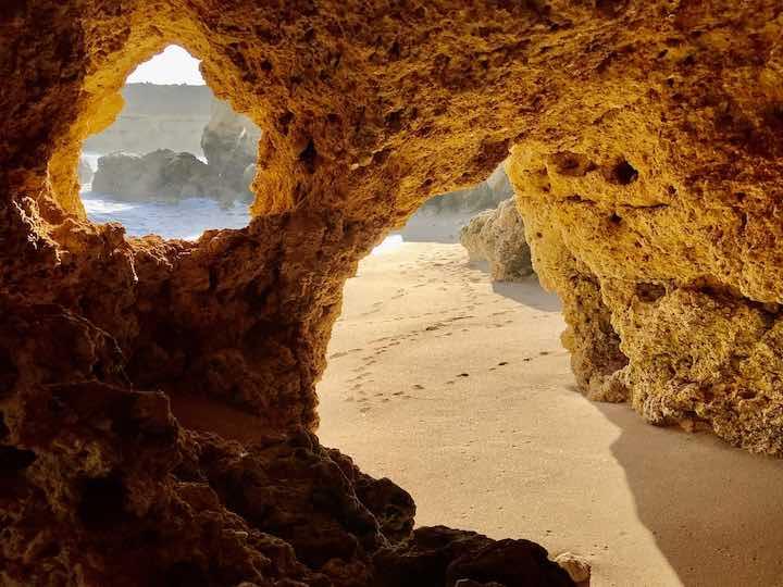 Höhlen im Fels Algarve