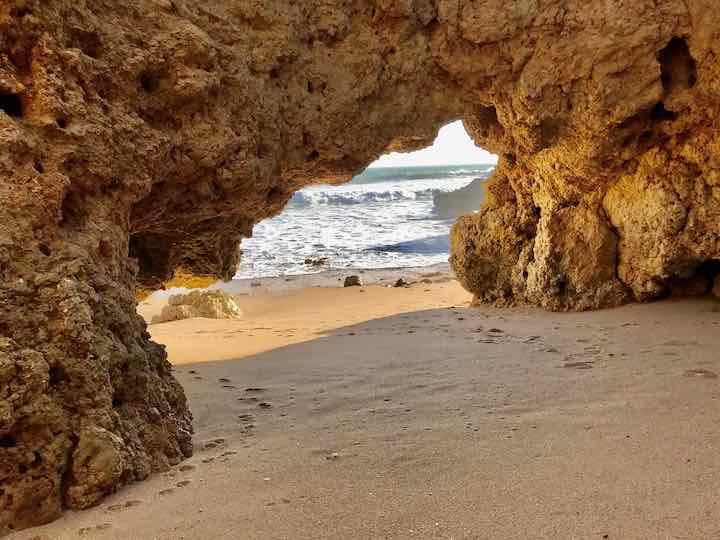 Höhlen im Fels an der Algarve