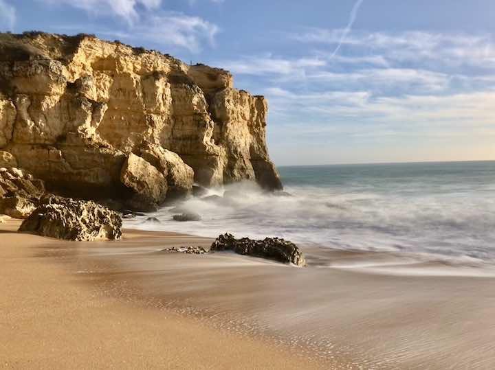 Hohe Wellen gegen Klippen