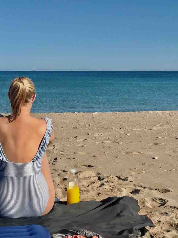 Blick aufs Mittelmeer mit Orangensaft