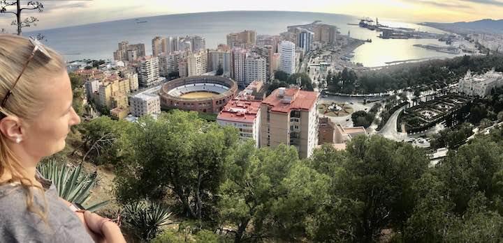 Laura schaut auf Málaga