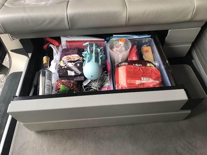 Schublade unter der Sitzbank geöffnet