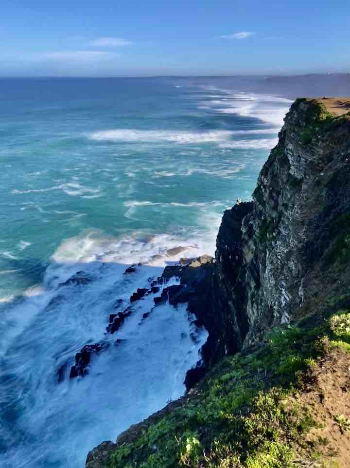 Wellen an den Klippen