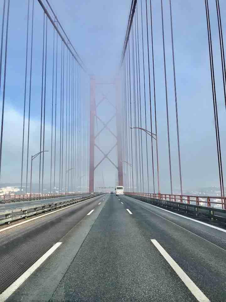 Auf der Brücke des 25. April Lissabon Vanlife Westküste Portugal