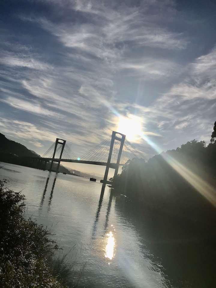 Brücke im Sonnenlicht Vanlife in Nordspanien