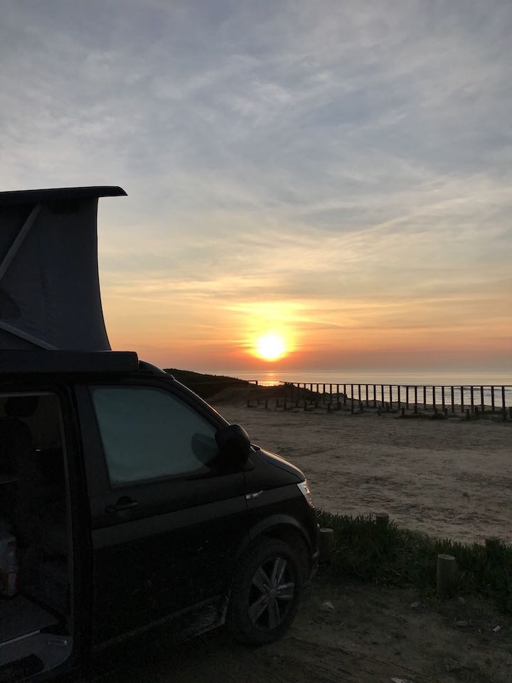 Bulli parkt am Strand Vanlife in Nordportugal