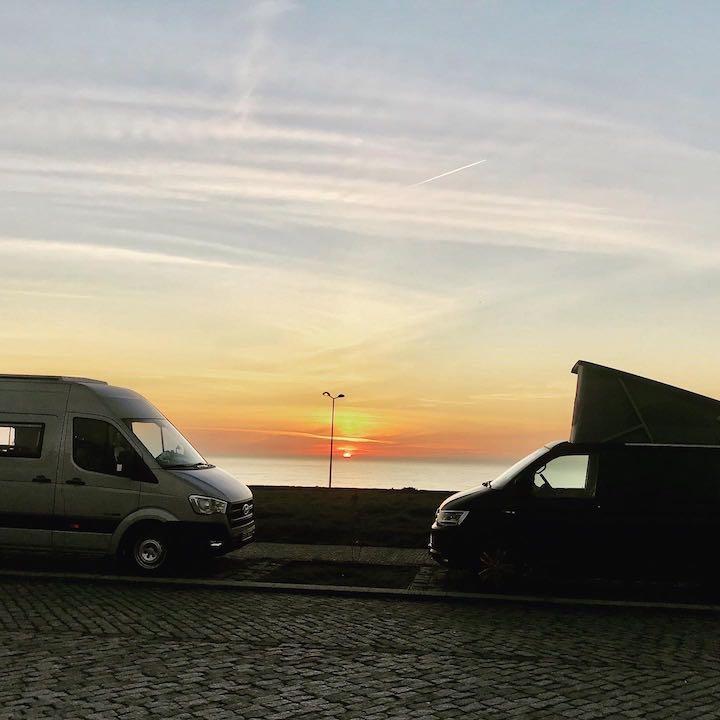 Dumbo und Tom im Sonnenuntergang Vanlife in Nordportugal