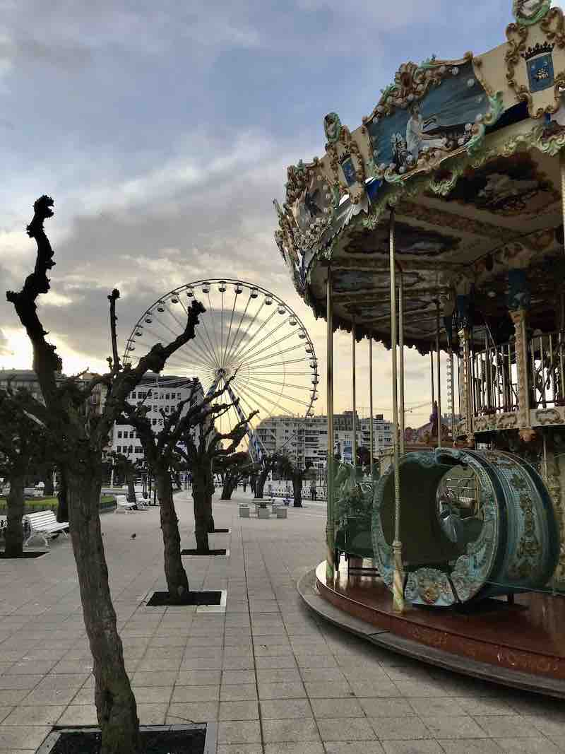 Karussell und Riesenrad San Sebastian