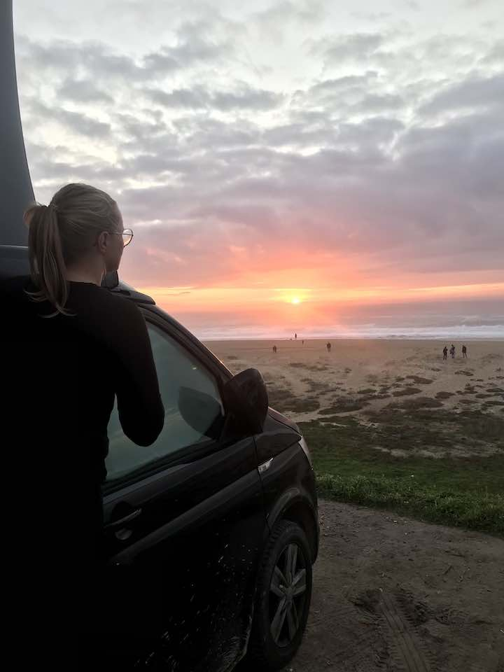Laura Sonnenuntergang Bulli Vanlife Westküste Portugal