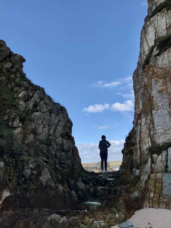 Laura in Felsspalte Vanlife in Nordspanien