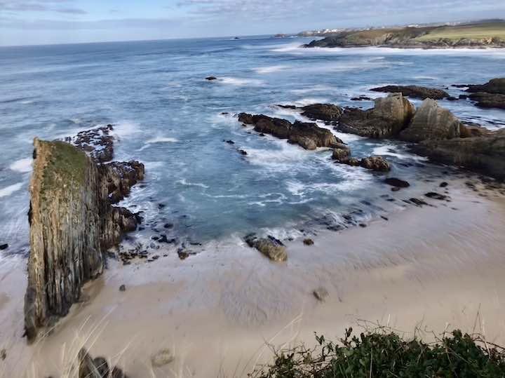 Spitze Felsen im Atlantik
