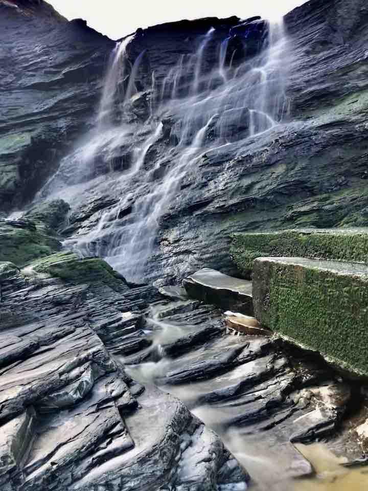 Wasserfall an den Kathedralen Vanlife in Nordspanien