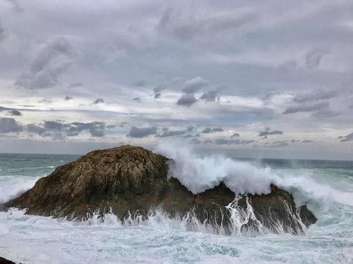 Welle überm Fels