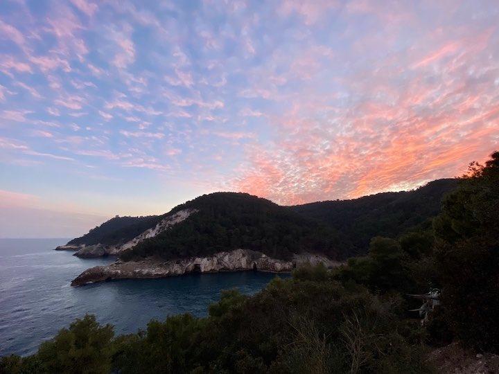 Sonnenuntergang hinter den Klippen