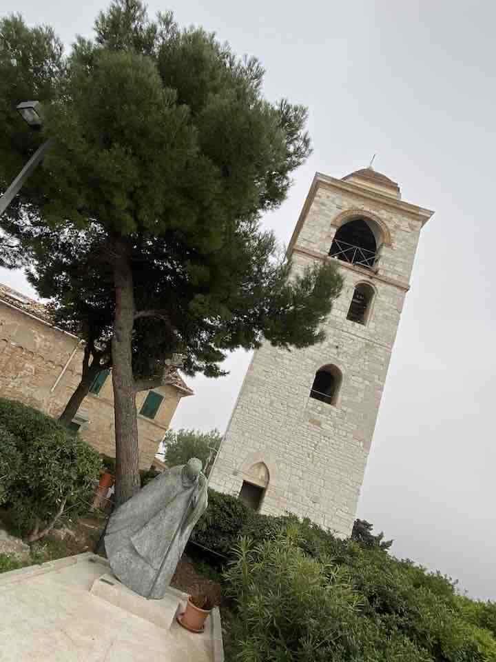Statue mit Turm im Hintergrund