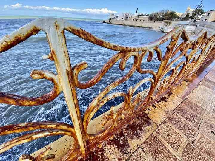 rostiges Geländer Hafen Trani