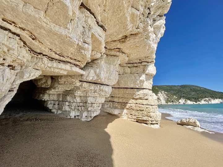 weiße Felsen am Strand