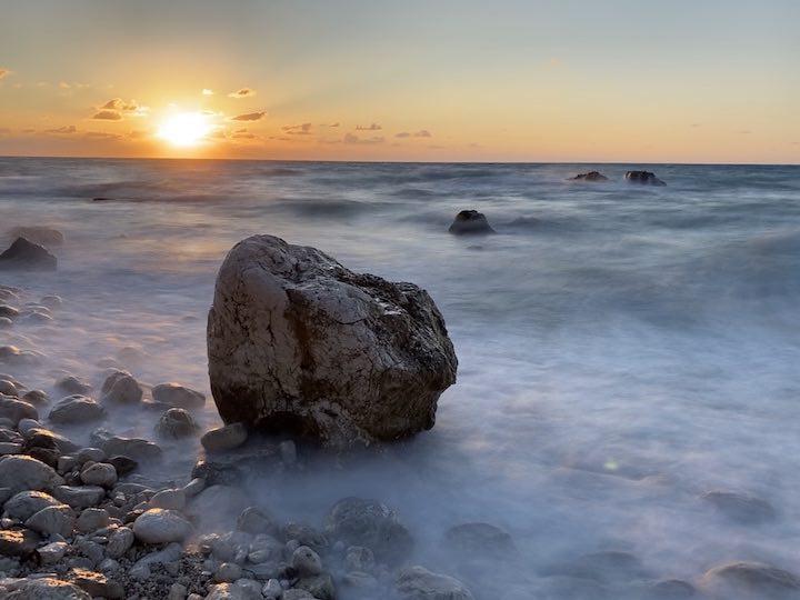 Fels am einsamen Strand