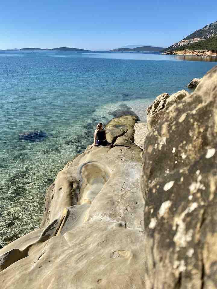 Laura am Felsen am Meer