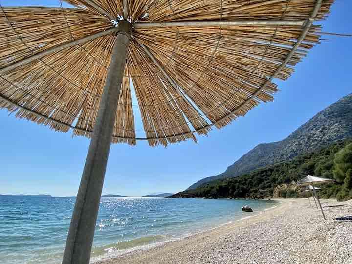Sonnenschirm am Strank bei Astakos