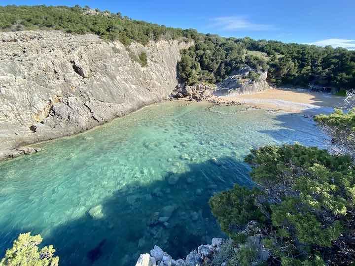 Bucht mit klarem Wasser