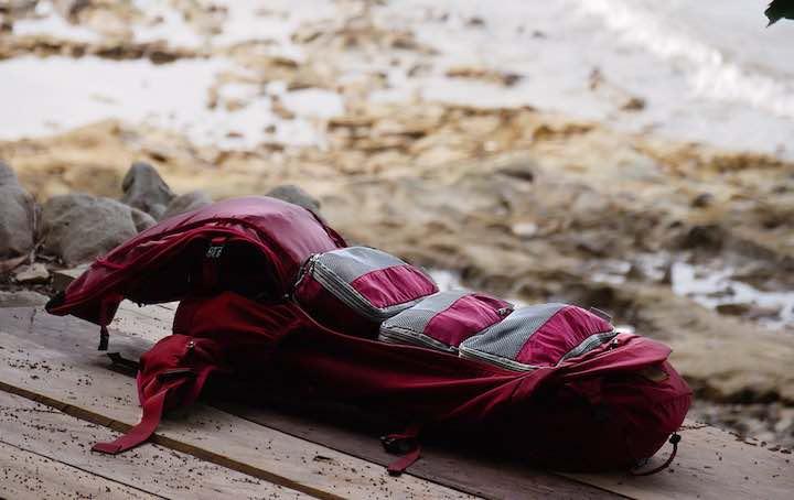 Travel Dude Packtaschen im Rucksack am Strand