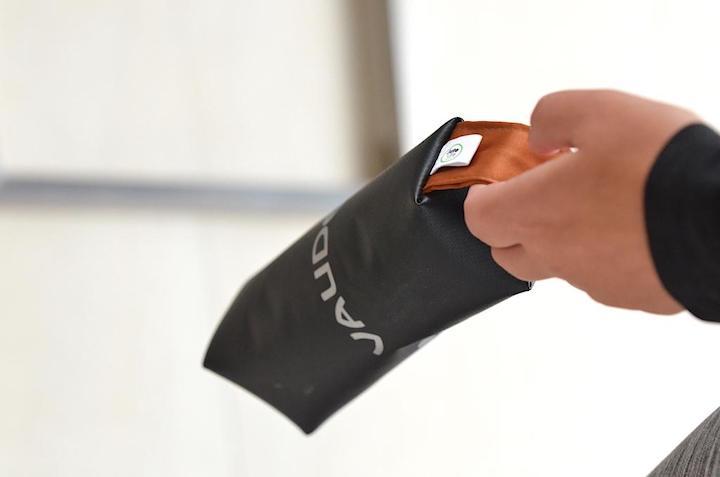 kleine Tasche wird am Henkel getragen