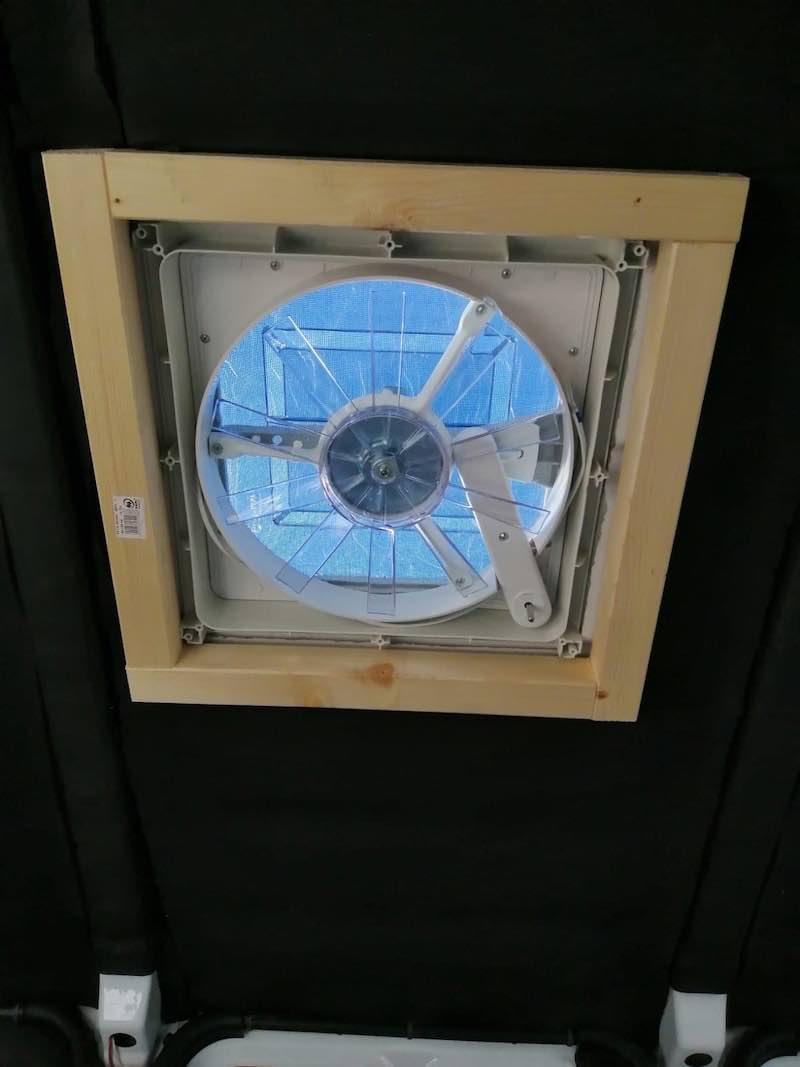 Dachfenster mit Rahmen von unten