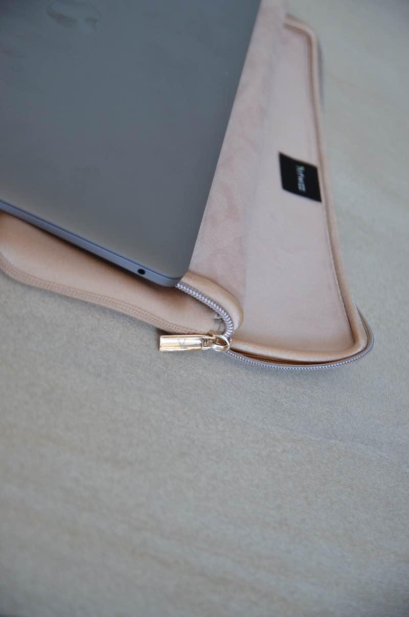 MacBook liegt auf aufgeklapptem Sleeve Pro von Artwizz