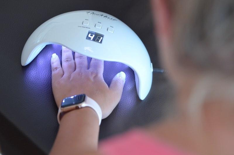 UV Nagellack unter der Lampe aushaerten lassen