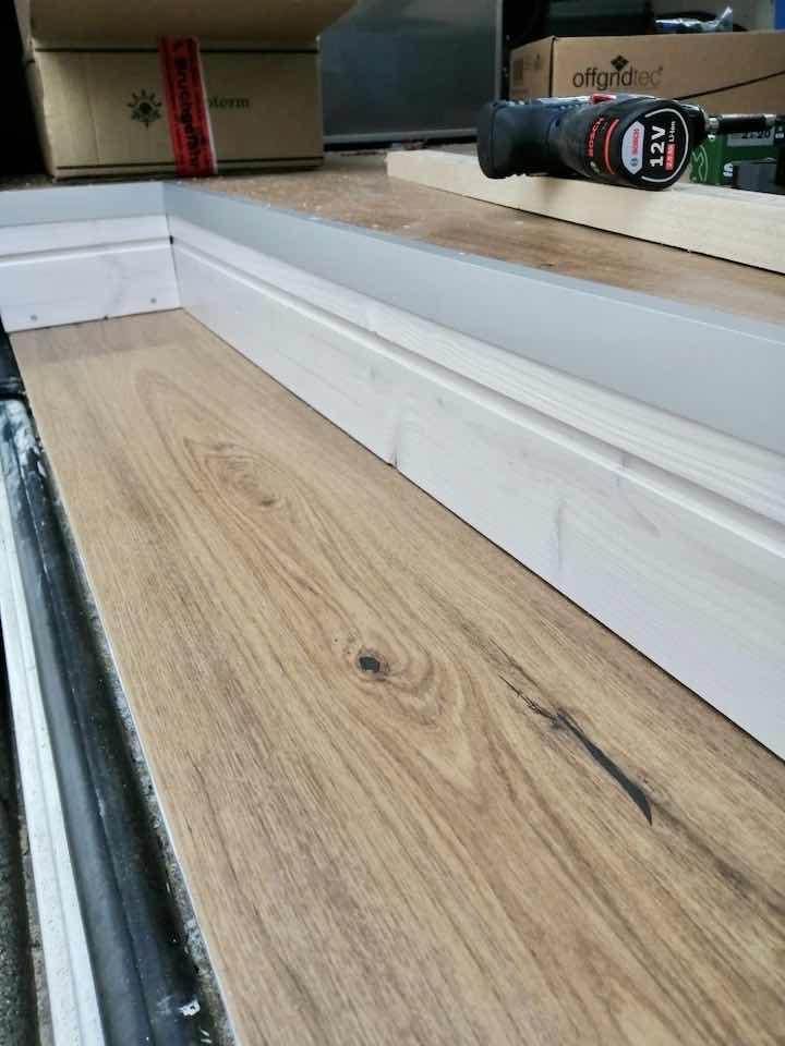 Van Ausbau Gestaltung Stufe mit Korkboden und Brettern