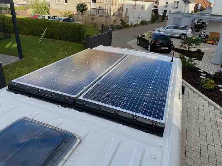 360 Watt Solarpanels auf dem Dach des Vans