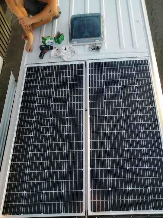 Solaranlage von Offgridtech nach Installation auf dem Dach