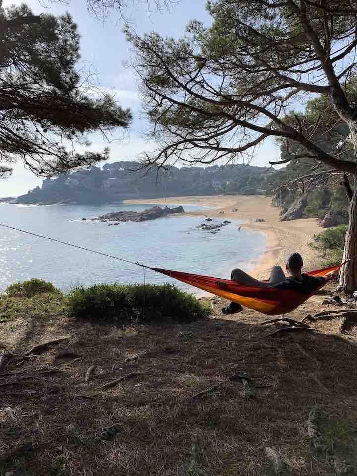 Mann in Adventure Hammock mit Blick auf den Strand