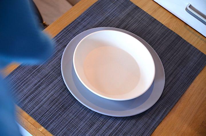 Tiefer Teller auf flachem Teller