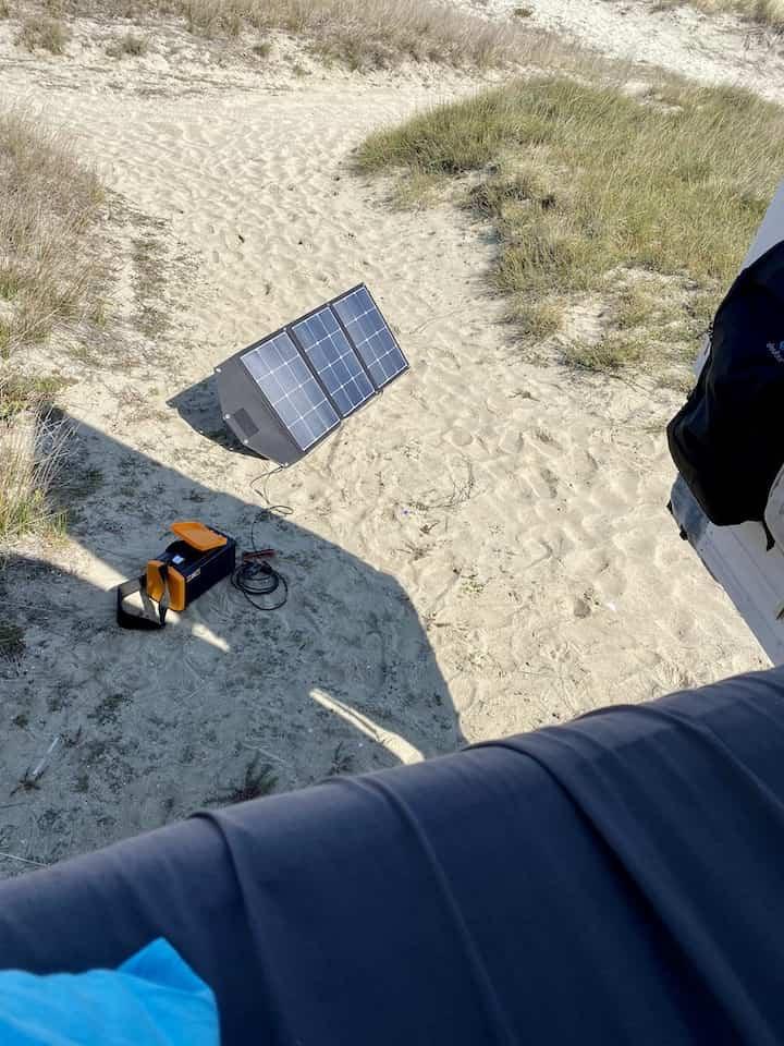 SolarPanel und TRAVELBOX 500 von Plug-in Festivals hinter dem Van