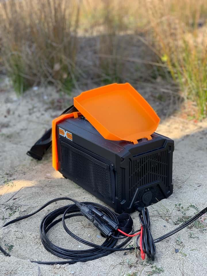 TRAVELBOX 500 mit Ladekabel im Sand